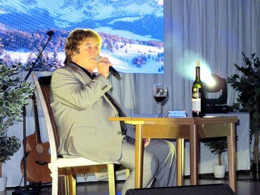 Tony Marshall mit einem Gläschen Bellinger Wein – trotz gebrochener Rippen war er in bester Stimmung.   Foto: Jutta Schütz Foto: Weiler Zeitung