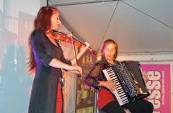 Unterhaltung im Zelt:  Musik von Akkordeonistin Cordula Sauter und Violinistin Sylvia Oelkrug Foto: Die Oberbadische