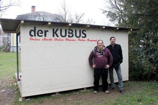 Patric Waldhecker (l.) und Jan Funke sind gespannt, wie der Kubus ankommt.   .     Foto: Asia Lomartire Foto: Die Oberbadische