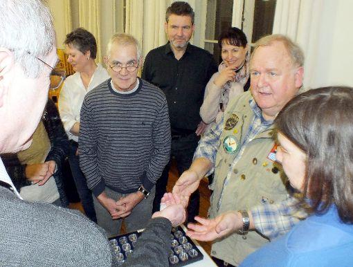 Goldexperte Werner Störk (rechts) begeisterte die Besucher mit seinem Vortrag.              Foto: Daniela Buch Foto: Weiler Zeitung