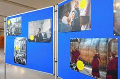In den Schulfluren ist eine Aussellung von Amnesty International zu sehen. Foto: zVg