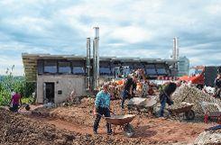 """Emsiges Schaffen auf der Baustelle für den neuen Energielehrpfad bei der Heizzentrale. Im Rahmen des Novartis-Partnerschaftstags erhielt die """"Energie aus Bürgerhand""""  einen Tag lang tatkräftige Unterstützung. Foto: Markgräfler Tagblatt"""