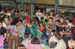 Da war noch alles gut: Beim Oktoberfest 2014 war der Saal voll, das Publikum stand auf den Tischen und machte    fröhlich mit.   Archivfoto: Tim Nagengast Foto: Die Oberbadische