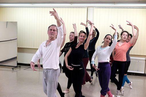 Kraft und Ästhetik im künstlerischen Ausdruck: Seit 40 Jahren leitet Detlef Hoppmann das Ballettstudio in Weil. Neben ihm seine Frau Barbara Wäldele.    Foto: Philipp Foto: Weiler Zeitung