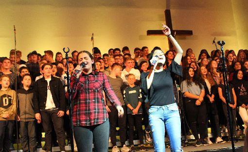 Zwei Solosängerinnen begleiten den Chorgesang der 230 Schüler.    Foto: Nele Höfler Foto: Die Oberbadische