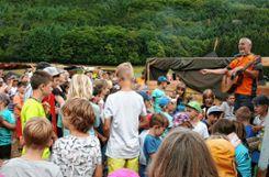 Jugendpfleger Helmut Kolibaba stimmte  mit den Kindern zur Eröffnung des Abschlussfestes am Höllbach ein Lied an.    Fotos: Ralph Lacher Foto: Markgräfler Tagblatt