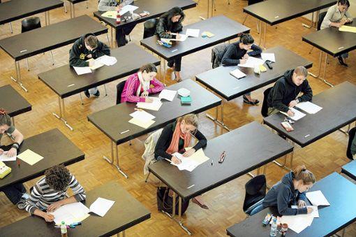 Für 266 Lörracher Abiturienten hat der Prüfungsstress heute mit dem Fach Deutsch begonnen. Die Realschüler starten am Freitag mit Mathematik.   Foto: Archiv Foto: Die Oberbadische