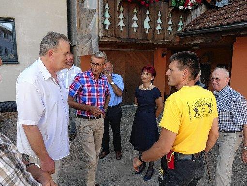 Der Bundestagsabgeordnete Armin Schuster (Zweiter von links) war zu Besuch bei Leisinger Holzbau.  Foto: Hans-Jürgen Hege Foto: Markgräfler Tagblatt