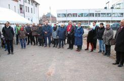 Eine große Zahl von Gästen war zum ersten Spatenstich für den Neubau auf dem Uehlin-Areal gekommen. Foto: Markgräfler Tagblatt
