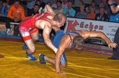Da hat er ihn: Manuel Wolfer  (rot) glänzt und besiegt Mihai Esanu.    Foto: Mirko Bähr Foto: Die Oberbadische