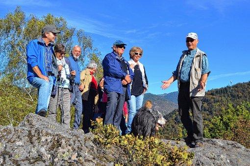 """Ingo Braun und Rolf Berger erklärten den Teilnehmern die Besonderheiten der Wallgrabenanlage auf dem """"Haideck"""".    Foto: Berger Foto: Markgräfler Tagblatt"""