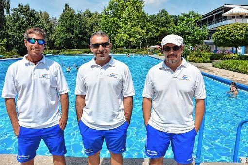 Martin Maihoffer, Massimo Pinto und Jörg Bieselin blicken bislang auf eine erfolgreiche Freibadsaison zurück.  Foto: Heinz Vollmar Foto: Die Oberbadische