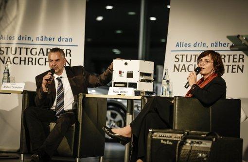 """Trumpf-Ausbildungschef Andreas Schneider mit dem """"Zauberwürfel. Rechts von ihm sitzt  Moderatorin Wetzel. Foto: Leif Piechowski"""