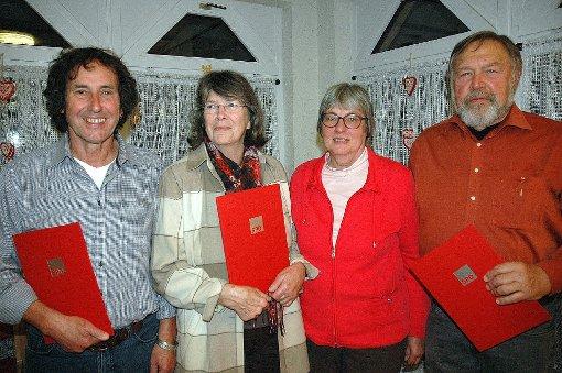 Die Vorsitzende Brigitte Pantze (2. von rechts) ehrte Horst Brenneisen, Christel Osswald und Wolfgang Knopf für langjährige Mitgliedschaft.    Fotos: Marco Fraune Foto: Weiler Zeitung