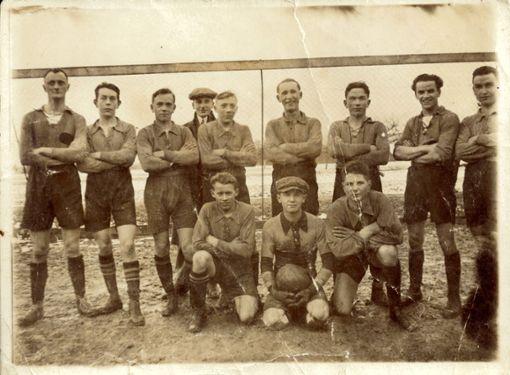 Die Fußballmannschaft des TuS Efringen-Kirchen, beziehungsweise damals noch der FC Kirchen, im Jahr 1932. Im Hintergrund ist der damalige Vorsitzende, Eugen  Moses, zu sehen.   Foto: zVg