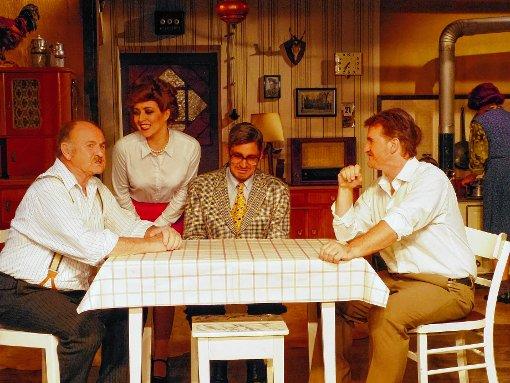 Elle (Katja Schmuck) versucht die Männer (v. links) Max Meister (Günter Geiser), Georg (Uwe Uhlemann) und Erich (Joachim Geiser)   zu überzeugen.  Foto: Gottfried Driesch Foto: Die Oberbadische