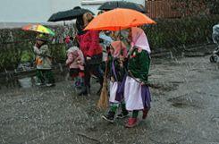 Zur Ausstattung der kleinen Hexen gehörte dieses Jahr nicht nur der Besen, sondern auch ein Schirm. Foto: Markgräfler Tagblatt