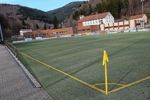 Das Fußballstadion in der Kandermatt erhält einen neuen Kunstrasenbelag.   Foto: Ulrike Jäger Foto: Markgräfler Tagblatt