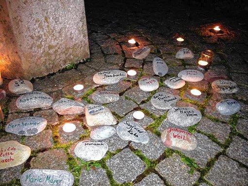 Der Schweigemarsch endete am Gedenkstein.  Foto: zVg Foto: Weiler Zeitung