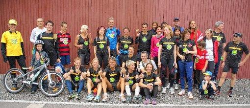 Die stolzen Läufer gegen Atomkraft nach der Ankunft in Schönau.   Foto: Verena Wehrle Foto: Markgräfler Tagblatt
