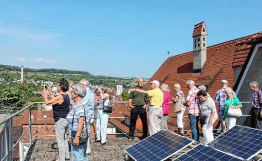 Hubert Bernnat (Mitte)  führte die Senioren auch auf die Dachterrasse des HTG.     Foto: Susann Jekle Foto: Die Oberbadische