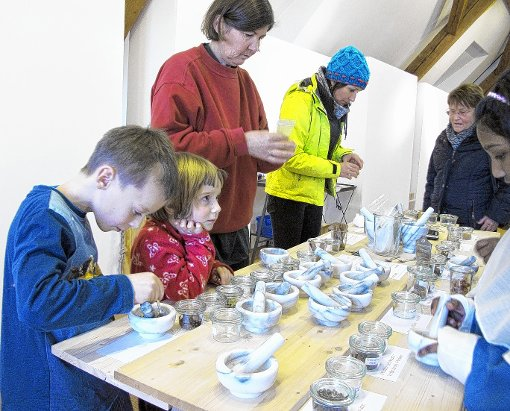 Die angebotenen Aktivitäten, wie Gewürze mörsern, kamen bei den  Kindern und Jugendlichen im  Museum gut an.    Foto: Jutta Schütz Foto: Weiler Zeitung