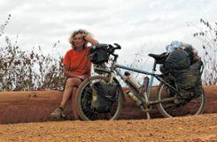Ein  Baumstamm als Ruhebank: Dorothee Fleck auf Radreise in Afrika. Foto:  zVg/Gabriele Poppen