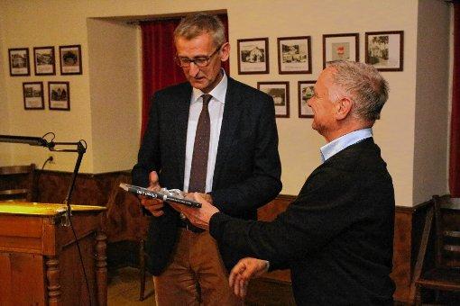 Armin Schuster (links) und Hans Viardot diskutierten über Sterbehilfe.  Foto: Hans-Jürgen Hege Foto: Markgräfler Tagblatt