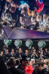 """Das Publikum steht Kopf beim Auftritt der """"Monster Gugge Bueri"""" auf dem Senser Platz. Foto: Kristoff Meller Foto: mek"""