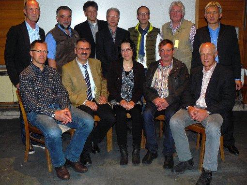 Vorstand und Aufsichtsrat der Genossenschaft Energie aus Bürgerhand mit aktuellen und ausscheidenden Mitgliedern.  Foto: zVg Foto: Die Oberbadische
