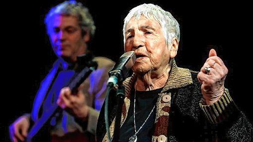 """Die 93-jährige Holocaust-Überlebende Esther Bejarano erzählt zusammen mit ihrem Sohn Yoram und der """"Microphone Mafia""""  ihre Geschichte mit Texten gegen Gewalt und Rassismus.   Foto: zVg Foto: Markgräfler Tagblatt"""