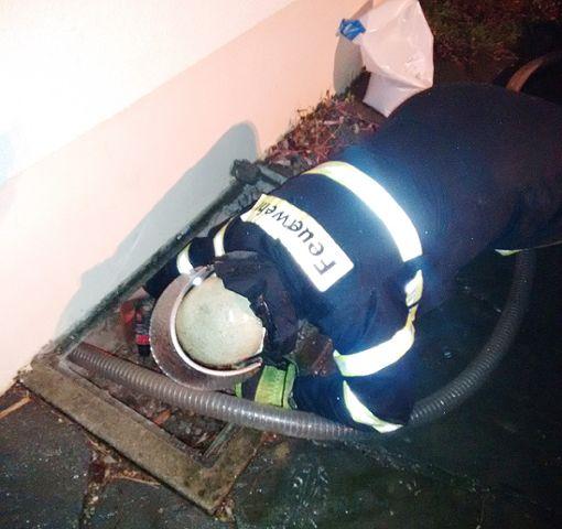 Die Feuerwehr beim Absaugen des Heizöls. Foto: Schepperle/ Feuerwehr