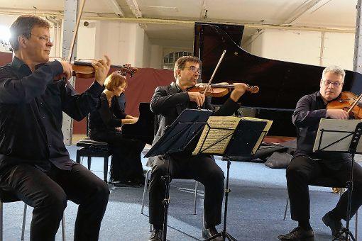 Einen Musikabend von großer Eindringlichkeit gestalteten das Vogler-Quartett und die Pianistin Andrea Kauten im Krafft-Areal.   Foto: Jürgen Scharf Foto: Markgräfler Tagblatt