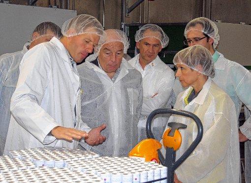 Geschäftsführer Thilo Fessmann (links) erläuterte den Besuchern, unter ihnen auch Landrätin Marion Dammann (rechts), die Produktionsabläufe bei Zellaerosol.  Foto: Peter Schwendele Foto: Die Oberbadische