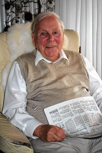 In seinem Lieblingssessel das Markgräfler Tagblatt studieren:  Harald Schwab-Strube, der heute seinen 80. Geburtstag feiert, ist begeisterter Zeitungsleser.  Foto: Petra Martin Foto: Markgräfler Tagblatt