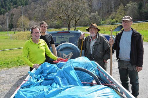 Die Angler fischten viel Müll aus der Wiese.   Foto: M. Rümmele Foto: Markgräfler Tagblatt