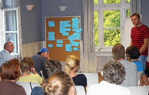 Klaus Nack (r.) sammelt Ideen aus dem Publikum, Herwig Popken (l.vorne) steuert seine Erfahrungen als Heimleiter bei.             Foto: Greiß Foto: Die Oberbadische
