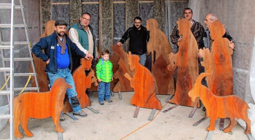 Am vergangenen Samstag wurde in einer Scheune die große Platanenkrippe der Kolpingsfamilie aufgestellt. Foto: Jutta Schütz