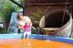 Das neue Wasser sorgte auch bei den Kleinsten für helle Freude.            In den provisorischen Pool floss das  native, naturbelassene Mineral-Thermalwasser. Die dunkle Färbung  beruht auf Eisenausfällungen und Mineralablagerungen. Für die Nutzung in der Therme wird das Quellwasser entsprechend aufbereitet. Foto: Weiler Zeitung