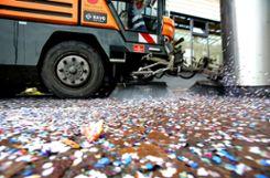 Arbeit satt: Der Werkhof muss in der Fasnachszeit Sonderschichten fahren, um die Konfettimassen in der Stadt zu beseitigen. Foto: Kristoff Meller Foto: mek