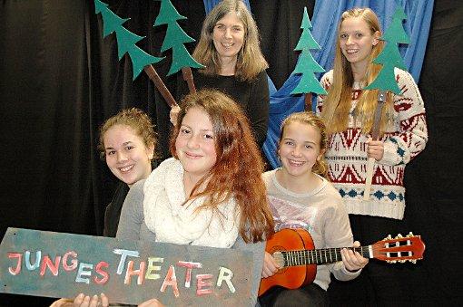 Theaterprobe mit Birgit Vaith (hinten l.). Junges Theater steht für kreatives Ausprobieren und ganzheitliche Entwicklung.      Foto: Ursula König Foto: Die Oberbadische