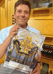 """Stolz präsentiert Christoph Bogon den Orgelkalender """"Die schönsten Orgeln 2019"""",  in dem auch Schopfheim vertreten ist. Foto: Jürgen Scharf"""