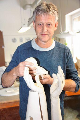 """Professor Ulrich Eißner in seinem Atelier  bei der Arbeit eines Awards, mit dem er die """"HOPE-Stiftung"""" unterstützt.    Foto: zVg Foto: Markgräfler Tagblatt"""