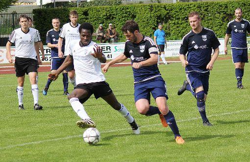 Simon Herold (vorne rechts), hier im Laufduell mit dem Schopfheimer Gibbi Jah, hat mit dem FC Hauingen Platz zwei fest im Visier.  Foto: Mirko Bähr Foto: Die Oberbadische