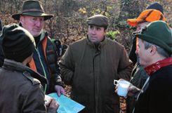 Nach der Jagd: Jagdpächter Thomas Glinski (hinten links) bespricht mit den Jagdgästen, wo eine Wildschweinrotte gesichtet wurde. Foto: zVg