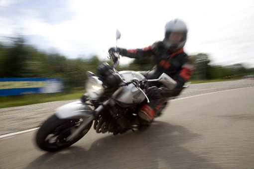 Bei einer Kollision zwischen einem Motorrad und einem Auto ist am Dienstabend der Motorradfahrer verletzt worden. (Symbolbild) Foto: Archiv