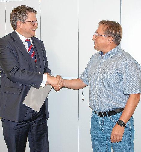 Bürgermeister Tobias Benz (links) überreicht Jürgen Käuflin die Jubiläumsurkunde.    Foto: zVg Foto: Die Oberbadische