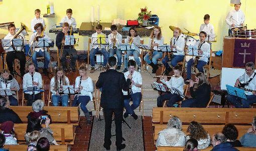 Die Jugend des Musikvereins Fahrnau und der Hebelmusik Hausen glänzte beim Weihnachtsspiel in der Matthäuskirche.    Foto: Hans-Jürgen Hege Foto: Markgräfler Tagblatt