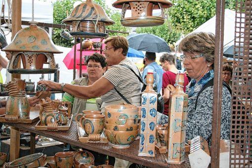 Opulente Vielfalt in schmuckem Ambiente bietet auch in diesem Jahr der Kanderner Keramikmarkt.   Foto: Ralph Lacher Foto: Weiler Zeitung