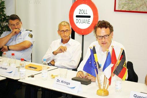CDU-Bundestagsabgeordneter Armin Schuster (Mitte) freute sich, dass er den Parlamentarischen Staatssekretär Günter Krings (rechts) zu einem Besuch und der Information über die grenzpolizeiliche Arbeit im Dreiländereck bewegen konnte. Gekommen war auch Peter Holzem, Präsident der Bundespolizeidirektion Stuttgart (links).    Foto: Gerd Lustig Foto: Weiler Zeitung